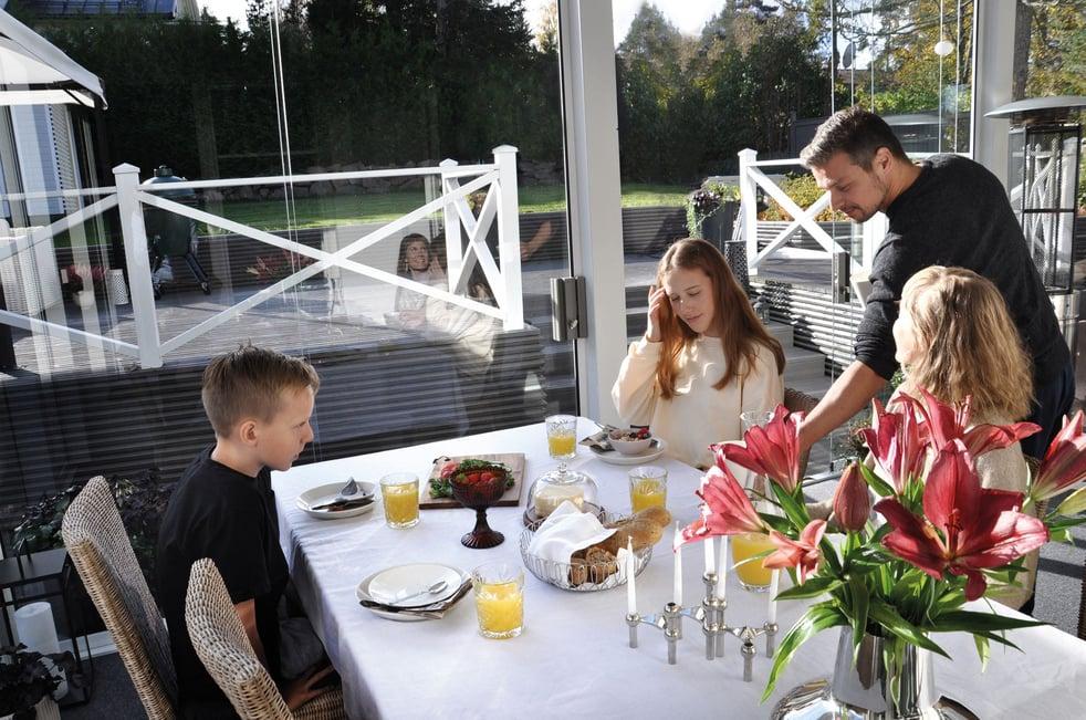 Lumon-lasitettu-terassi-perheen-aamiaishetki