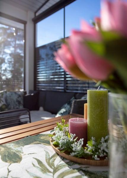 Kaunis kukka-asetelma keväisellä Lumon lasiterassilla
