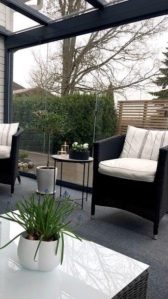 lasitettu-terassi-sisustus-pöytä-ja-tuolit