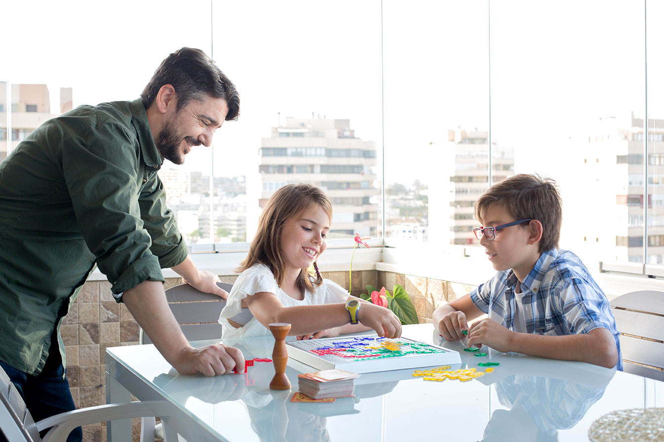 Jugar en la terraza en familia