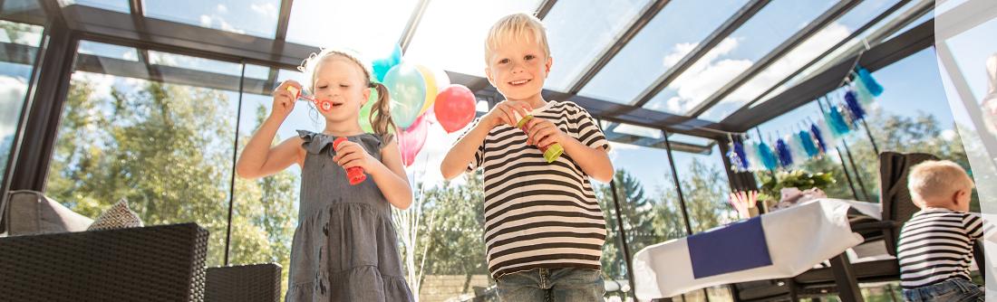 Lapset nauttivat olostaan terassilla