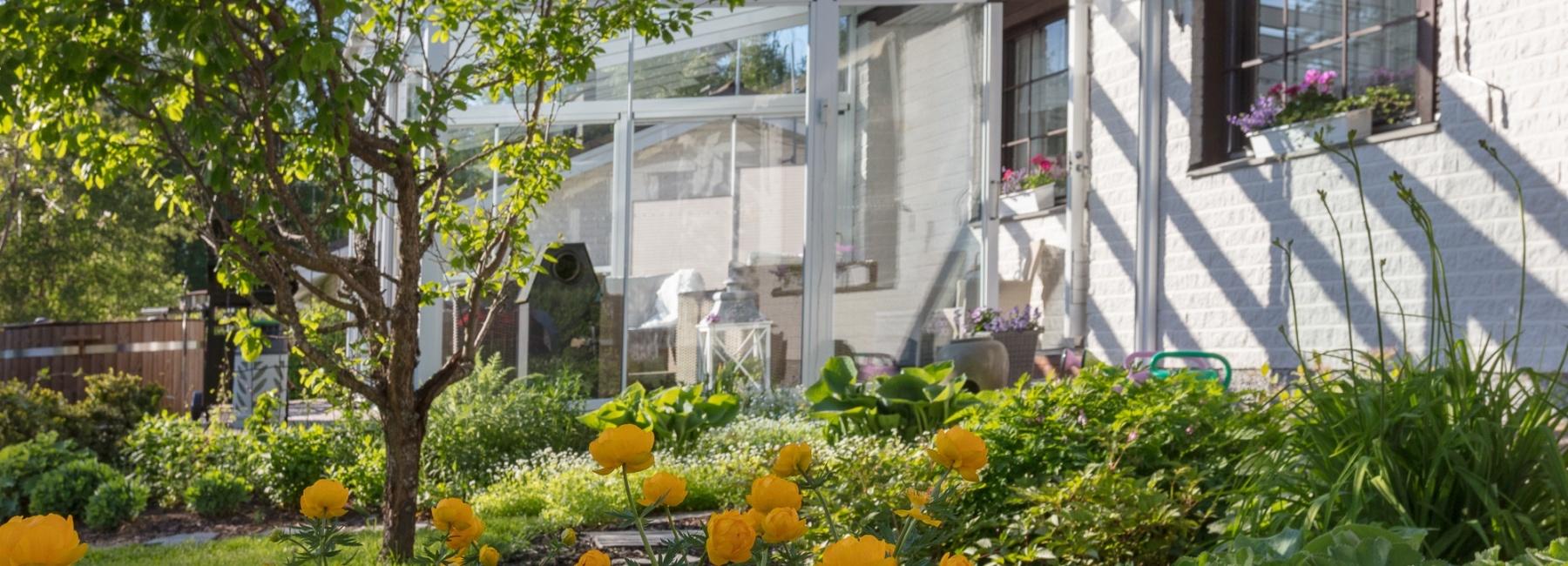 Bannerikuva-kukkia-ja-terassi